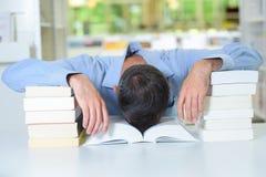 Mężczyzna z głową gwałtownie spadać w książce Zdjęcia Stock