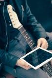 Mężczyzna z gitarą elektryczną i ipad Zdjęcia Stock
