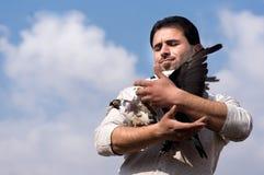 Mężczyzna z gołębiami Obraz Royalty Free
