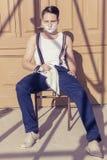 Mężczyzna z golenie pianą na jego twarzy i ręcznik wokoło jego szyi siti Obraz Royalty Free