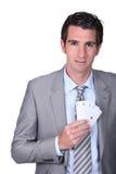 Mężczyzna z grzebak kartami Zdjęcia Royalty Free