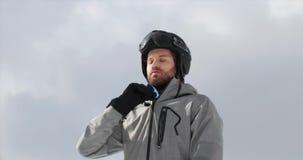 Mężczyzna z hełmem zamyka w górę miękkiego skorupy kurtki narządzania dla narciarstwa Mountaineering narty aktywność Narciarki zi zdjęcie wideo