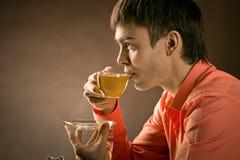 Mężczyzna z herbatą obraz stock