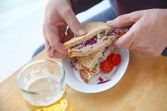 Mężczyzna z indyczą kanapką i piwem Fotografia Stock