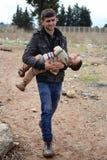 Mężczyzna z jego dzieckiem illegaly wchodzić do Turcja Fotografia Royalty Free