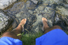 Mężczyzna z jego foots na wodzie obrazy royalty free