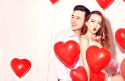 Mężczyzna z jego uroczą sympatii dziewczyną zabawę przy kochanek walentynki Walentynki para szczęśliwa para Dziewczyna wysyła buz fotografia stock