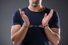 Mężczyzna z jego wręcza kajdanowego w kryminalnym pojęciu Zdjęcie Royalty Free