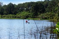 Mężczyzna z kajakiem w Lagoa da Conceição w Florianà ³ polisa Obrazy Royalty Free