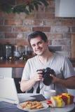 Mężczyzna z kamerą i laptopem w Bożenarodzeniowym czasie zdjęcie royalty free