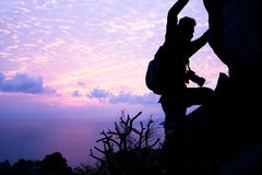Mężczyzna z kamery pięcia skałą na górze Fotografia Stock