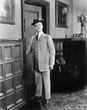 Mężczyzna z kapeluszowym przyglądającym niemądrym odprowadzeniem w pokój (Wszystkie persons przedstawiający no są długiego utrzym Zdjęcie Stock
