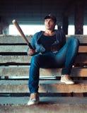 Mężczyzna z kijem bejsbolowym na ruinach Obraz Stock