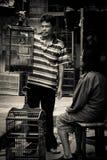 Mężczyzna z klatkami ptasi rynki Malang, Indonezja Zdjęcia Royalty Free