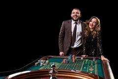 Mężczyzna z kobietą bawić się ruletę przy kasynem Nałóg zdjęcie royalty free