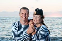 Mężczyzna z kobiety pozycją na tle morze Fotografia Royalty Free