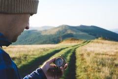 Mężczyzna z kompasem w ręce fotografia stock