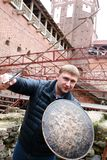 Mężczyzna z kordzikiem i osłoną zdjęcia stock