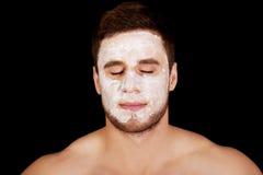 Mężczyzna z kremowym moisturizer na jego twarzy Obrazy Stock