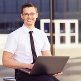 Mężczyzna z laptopem Zdjęcia Stock