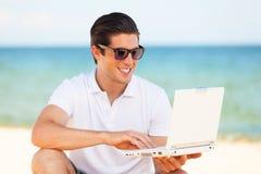 Mężczyzna z laptopem Obrazy Royalty Free