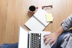 mężczyzna z laptopem, filiżanką i eyeglasses, - odgórny widok Zdjęcie Royalty Free