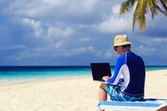 Mężczyzna z laptopem na Tropikalnym wakacje Obrazy Royalty Free
