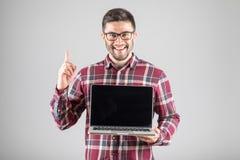 Mężczyzna z laptopem pokazuje uwaga gest Zdjęcia Stock