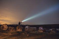 Mężczyzna z latarką przy nocą zdjęcia royalty free