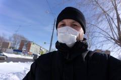 Mężczyzna z maską - życie w today światowym zanieczyszczenia pojęciu zdjęcia stock