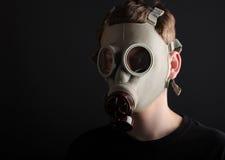 Mężczyzna z maską gazową na czarnym tle Fotografia Royalty Free