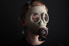 Mężczyzna z maską gazową na czarnym tle Zdjęcia Royalty Free