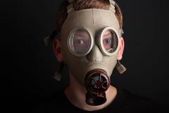 Mężczyzna z maską gazową na czarnym tle Zdjęcie Stock
