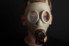 Mężczyzna z maską gazową na czarnym tle Fotografia Stock