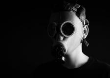 Mężczyzna z maską gazową na czarnym tle Obrazy Stock