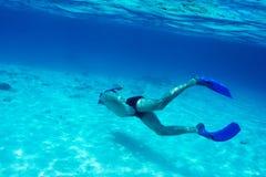 Mężczyzna z maskowy snorkeling Zdjęcia Stock