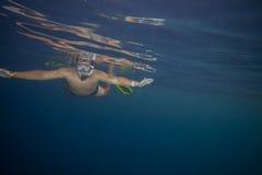 Mężczyzna z maskowy snorkeling Obrazy Stock