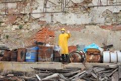 Mężczyzna z maskowymi i ochronnymi ubraniami bada niebezpieczeństwo teren Zdjęcia Royalty Free