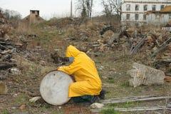 Mężczyzna z maskowymi i ochronnymi ubraniami bada niebezpieczeństwo teren Fotografia Royalty Free