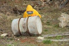 Mężczyzna z maskowymi i ochronnymi ubraniami bada niebezpieczeństwo teren       r Zdjęcie Stock