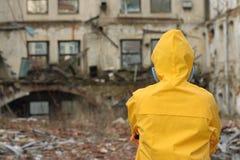 Mężczyzna z maskowymi i ochronnymi ubraniami bada niebezpieczeństwo teren       r Zdjęcia Stock