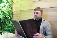 Mężczyzna z menu książką zdjęcie stock