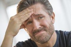 Mężczyzna Z migreny nacierania czołem obrazy stock