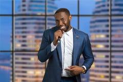 Mężczyzna z mikrofonem na miastowym tle Zdjęcie Stock