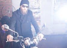 Mężczyzna z motocyklem Zdjęcia Royalty Free