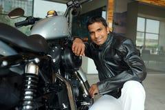 Mężczyzna z motocyklem Fotografia Royalty Free