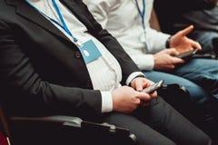 Mężczyzna z nadwaga niepomyślny dieting mylnych foods i jeść mężczyzna w kostiumu, suspenders i krawat, blisko przewodniczymy zdjęcia stock