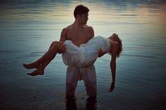 Mężczyzna z nieżywym kochankiem w jeziorze nawadnia Zdjęcia Royalty Free