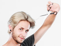 Mężczyzna z nożycami przygotowywającymi włosiany rozcięcie Obrazy Royalty Free