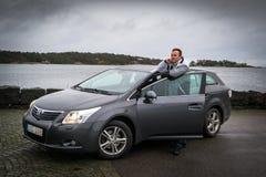 Mężczyzna z nowym Toyota Avensis Obraz Royalty Free